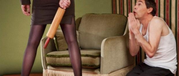 moglie e marito calci, lesioni personali
